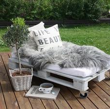 ... alebo tiež zo starých paliet urobím takúto lavico ležadlo a ušijem pohodlné vankúše a po babičke ovčie kožušinky