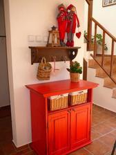 Tento typ komody - dole skrinka, hore na košíky s drobnosťami, chcem kupiť starú a zrenovovať, aby mala hala dušu :)