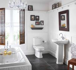 Fotky do kúpelne v mosadzných rámikoch nad záchod