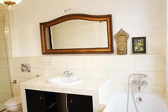 Veľké ozdobné podlhovasté zrkadlo nad umývadlo