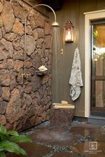 Sprchový kút zvnútra obložený kameňmi
