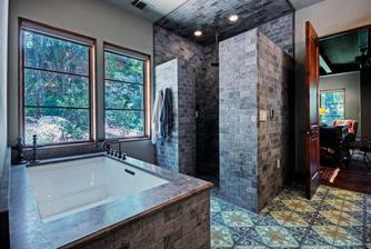 Aj strop nad sprchovým kútom bude obložený kameňom