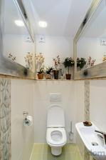 Do malej kúpelňe po oboch stranách na optické rozšírenie podlhovasté zrkadlo
