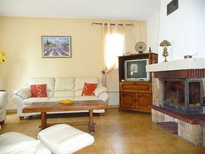 Najväčšia stena v obývačko - kuchyni bude takejto svetlučkej marhuľovej farby