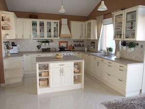 Takto usporiadaná kuchyňa - do U a do stredu ostrovček s barovými stoličkami, pod okno drez