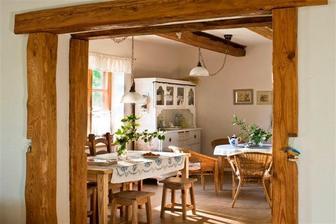 Medzi kuchyňou a jedálenským kútom chcem mať zrenovovaný starý príborník a takto chcem mať na trámoch zavesené lustre