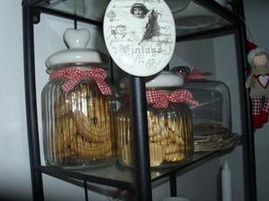 Keksy do dózičiek s mašličkami do kávového kútiku