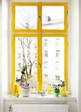 Kuchynské oknu zvnútra bude mať takúto žltú farbu - aby ladilo so závesmi, sedákmi, obrusom a modranskou kerramikou