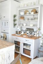 Z kuchynskej strany ostrovčeka skrinka so zásuvkami a presklené dvierka