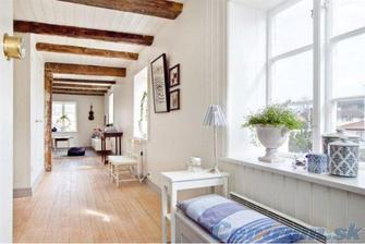 Chceme falošné trámy do celej obývačky a kuchyne v rovnakej farbe, ako bude podlaha v obývačke a možno pod trámy takto biely doskový obklad