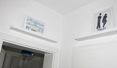 Tabuľky na poliaciach nad dverami