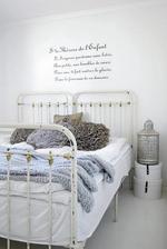 Vedľa postele pôjde nápis