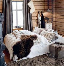 Kockované modro bordové vankúše a kožušinu na posteľ