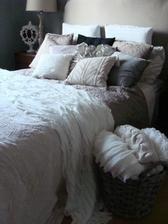 Takýto košík s dekami do mužovej spálne ku posteli
