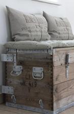 Lodný kufor do mužovej spálne ako lavica pod okno