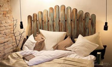 Čelo mojej postele z plotových latiek premaľovaných na bielo a patinovaných v pastelovej farbe tapety (ružová, modrá alebo tyrkysová)