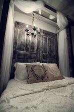 Presne takto dlhá šifónová záclona okolo mojej postele