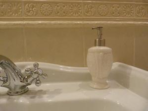 Na mydlo musím zohnať takúto nejakú starožitnú keramickú mydleničku