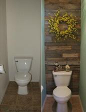 Stena za záchodom v malej kúpelni bude z dosiek