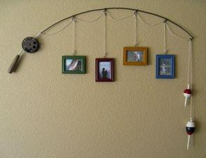 na stenu takáto udička s rámikmi
