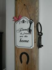 ..alebo takto podkova, staré kľúče a nejaká pekná tabuľka.