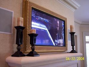 Aby náš veľký a moderný televízor zapadol do celkového vidieckeho štýlu domu, tak pôjde na stenu do starého rámu.