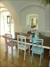 ...alebo rovnaký typ stoličiek, len každá inej farby (vo farbe mojej modranskej keramiky)