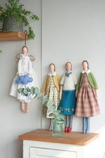 na policu v kuchyni usijem tri vidiecke anjelky (v takomto style)