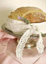 na stol pojde chlebik upeceny ako dekoracia previazany platnom a krajkou so susenou levandulou