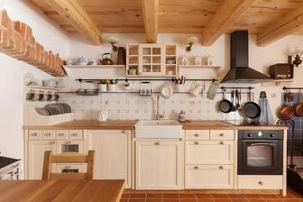 v kuchyni budu na strope drevene tramy a cierne spotrebice a cierny zavesny system pod linkou