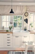 maly biely stokrlicek v kuchyni pri linke