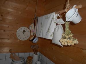 takto pojde nad kachle palica na spagatoch na susenie utierky a s vysitym vrecuskom na susene huby
