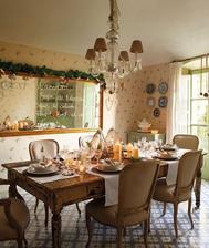 ak sa bude dat, a bude stena k dispozicii, podlhovaste zrkadlo oproti kuchynskemu stolu