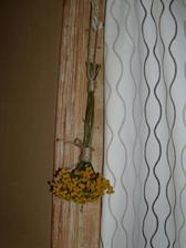 takto jutovym spagatikom poviazem susene kvety a bylinky, co budu visiet v kuchyni