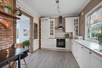 tehlicky biela kuchyna malovka, drevena podlaha a obkladacky, vsetko spolu pekne zladene