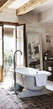 velke zrkadlo oprete o stenu vedla vane