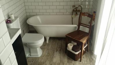 stara stolicka vedla vane ako odkladaci priestor