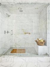 male murovane sedenie do sprchacu z kvietkovanych obkladaciek ako pokracovanie steny