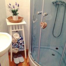 pekne papucky vedla sprchaca v kupelni ako dekoracia