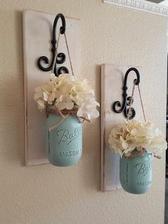 zavesene kvety v prerobenych zavaracich poharoch na ozdobnom kovani a doske