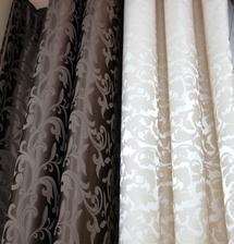 brokatove zavesy bud hnede alebo bezove ku farbe kvetinkoveho obkladu v sprchaci