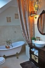 tazky brokatovy zaves vedla vane pojde na falosne potrubie zaveseny
