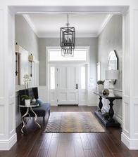 dvere v hale zvnutra listy ozdobne po bokoch a hore nad dverami ozdobna rimsa