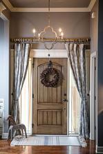 zaves okolo dveri tazky brokatovy a kobercek pred dverami alebo komodou