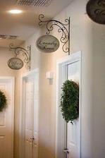 Oznacenie izieb - konzola tepana zladena s pantami a ozdobna plaketa s nazvom miestnosti, ale bude pripevnena hore na zarubniach