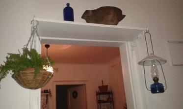 Z polic nad dverami na niektore zavesim kvetinace s papradim alebo tahavou rastlinkou, na niektore lucerny