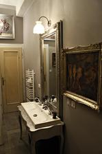 na stenu vedla zrkadlovej pojdu pod seba 2 obrazy v starom vyrezavanom zlatom rame