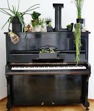 na klavir pojde aj par crepnikov s kvietkami