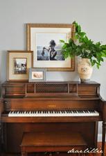 klavir a na jednom kraji bude kvet