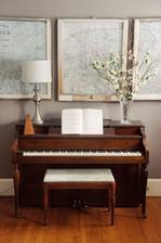 klavir a nan pojde na jeden kraj lampa